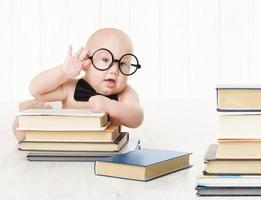 babyglazen boeken, voorschoolse jongen, voor- en vroegschoolse educatie en ontwikkeling foto
