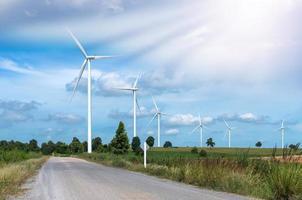 windturbine stroomgenerator op blauwe hemel