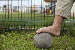 op blote voeten en oude ballen foto