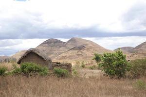klein huis met bergen achter, madagaskar foto