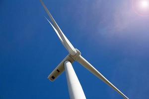 windturbineboerderij met zonlicht foto