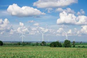 windturbine voor alternatieve energie op achtergrondhemel op cassave foto