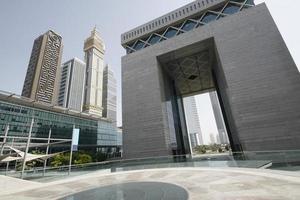 het moderne gebogen centrale gebouw van het financiële district van Dubai. foto