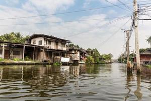 sloppenwijk op vuile gracht in thailand foto