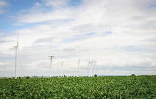 windturbines produceren elektriciteit alternatieve energie met lucht en wolken foto