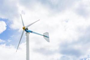 eco-energie, windturbines met blauwe lucht foto