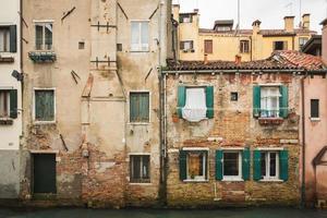 traditionele huizen van venetië italië op kanaal foto