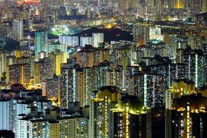 flatgebouw in hong kong 's nachts foto