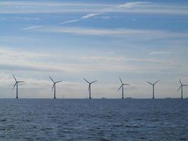 windturbines generator boerderij in zee foto