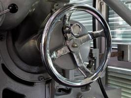 metalen chromen klep in een fabriek foto