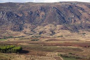 dorp genesteld onder een berg, Madagaskar foto