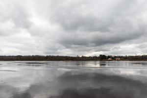 dramatische wolken boven de rivier foto