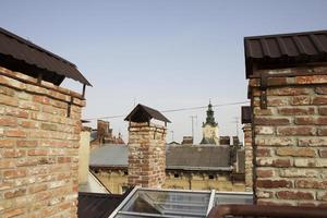 сhimneys op het dak van het huis foto