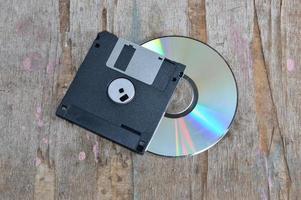 floppy disk en compact disc op een houten bord foto