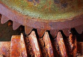 oud en roestig rondsel van een mechanische machine foto