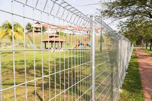 veiligheidsgrens hekwerk bij woongemeenschap foto