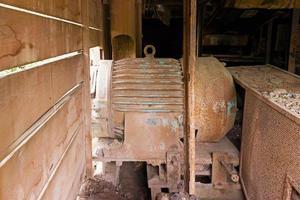 oude elektromotor in verlaten fabriek foto