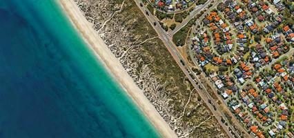 luchtfoto van stad, wegen en land over water foto
