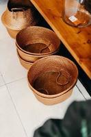 bruin geweven manden