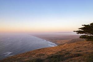heuvels en kustlijn door water foto