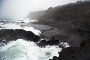 golven die op kust spatten