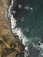 water dat op rotsen slaat foto