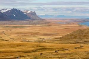 bruin terrein met grijze wolkenluchten foto