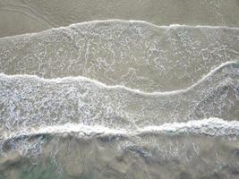 oceaangolven die tegen de kust beuken foto