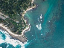 luchtfoto van zee in de buurt van bomen