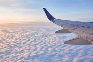 vliegtuigvleugel over witte wolken