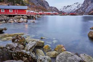 rode en witte houten huizen op een rotsachtige kust