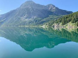waterlichaam en berg onder blauwe hemel