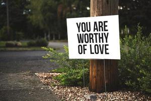 je bent het liefdesteken waardig naast boom en weg foto