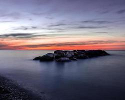 rotsen in het midden van een watermassa foto