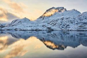 met sneeuw bedekte bergen en waterreflectie