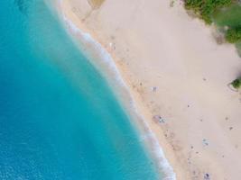 oceaan kustlijn van bovenaf foto