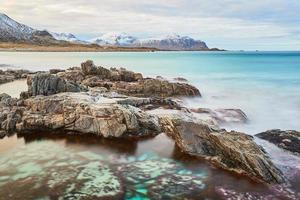 bruine rotsformatie op waterlichaam foto
