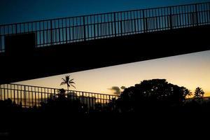 silhouet van de brug