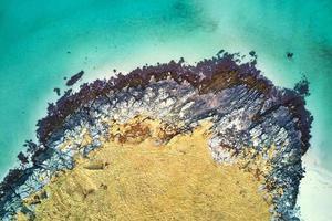 eiland kust overdag foto