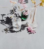 roze bloemen in helderglazen vaas