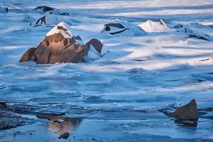 wit ijs op het water foto