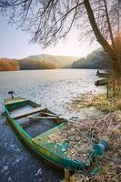 groene en witte boot op meer foto