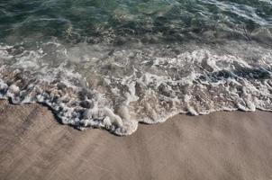 golven op kust foto