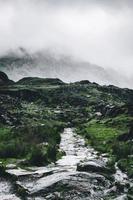 rotsachtige weg die naar de berg leidt