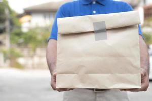 man met papieren zak