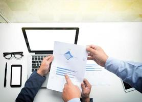 jonge zakenlieden die op document wijzen