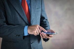 zakenman die aan een virtueel scherm werkt