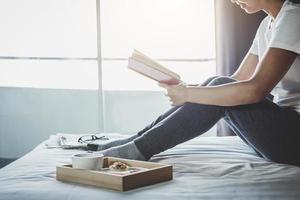 jonge vrouw genieten van het lezen van boeken