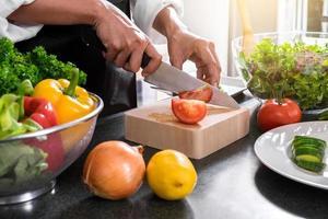 close-up van vrouw snijden groenten