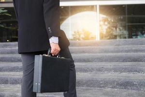 zakenman die de trap oploopt